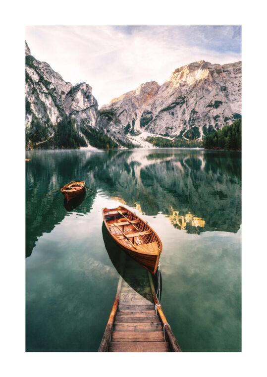 Poster Lago di Braies - Boote am Steg Poster 1